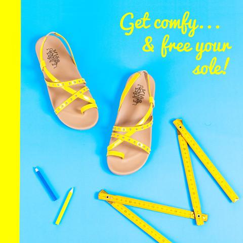 ภาพโฆษณา รองเท้าเพื่อสุขภาพรุ่น Shelly สีเหลือง มีฉากหลังเป็นสีฟ้า