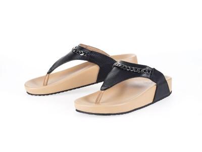 รูปด้านหน้า รองเท้าแตะเพื่อสุขภาพผู้หญิง Klas & Sylph แบบหูคีบ รุ่น Amena สีดำ มีโซ่ประดับ ลดอาการปวดรองช้ำ ปวดส้นเท้า