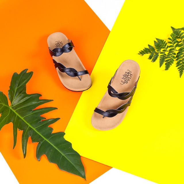 รองเท้าแตะเพื่อสุขภาพ Klas & Sylph รุ่น Elena สีดำบนพื้นหลังสีเหลืองส้ม ประดับด้วยใบไม้ (ภาพเล็ก)