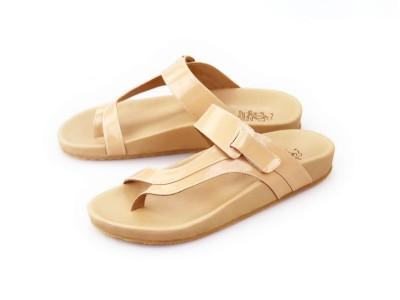 รูปด้านหน้า รองเท้าแตะเพื่อสุขภาพผู้หญิง Klas & Sylph แบบหูคีบกันน้ำ รุ่น Tracy สีเบจ