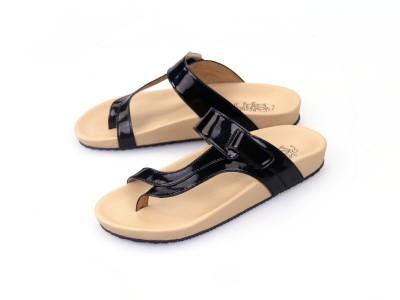 รูปด้านหน้า รองเท้าแตะเพื่อสุขภาพผู้หญิง Klas & Sylph แบบหูคีบกันน้ำ รุ่น Tracy สีดำ ลดอาการปวดรองช้ำ ปวดส้นเท้า
