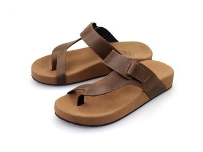 รูปด้านหน้า รองเท้าแตะเพื่อสุขภาพผู้ชาย Klas & Sylph แบบหูคีบ รุ่น Pompeii สีน้ำตาลทูโทน ลดอาการปวดรองช้ำ ปวดส้นเท้า