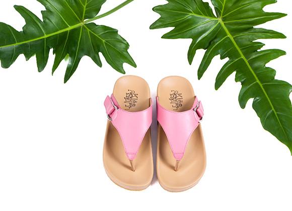 ภาพโฆษณา รองเท้าแตะเพื่อสุขภาพ Klas & Sylph รุ่น Amanda สีชมพู มีใบไม้เป็นพื้นหลัง