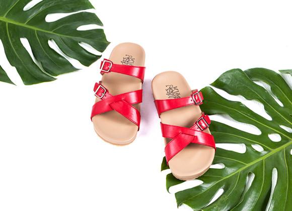 ภาพโฆษณา รองเท้าแตะเพื่อสุขภาพ Klas & Sylph รุ่น Avery สีแดง มีใบไม้เป็นพื้นหลัง