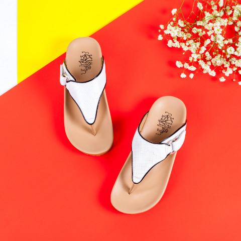 ภาพด้านบน รองเท้าเพื่อสุขภาพ Klas & Sylph รุ่น Amanda สีขาวลายฉลุขอบดำ ฉากหลังสีแดง มีดอกไม้แซม